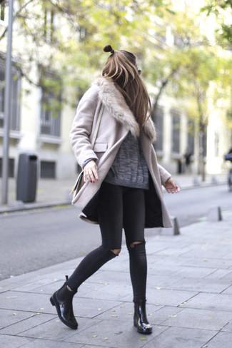 Wie kombinieren: rosa Mantel mit einem Pelzkragen, grauer Oversize Pullover, schwarze enge Jeans mit Destroyed-Effekten, schwarze Chelsea-Stiefel aus Leder