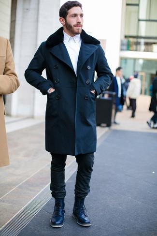 Wie kombinieren: dunkelblauer Mantel mit einem Pelzkragen, weißer Pullover mit einem Rundhalsausschnitt, weißes Businesshemd, schwarze Jeans