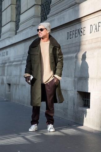 Weiße Leder niedrige Sneakers kombinieren für Winter: trends 2020: Kombinieren Sie einen dunkelgrünen Mantel mit einem Pelzkragen mit einer dunkelroten Chinohose, um einen modischen Freizeitlook zu kreieren. Wenn Sie nicht durch und durch formal auftreten möchten, wählen Sie weißen Leder niedrige Sneakers. Ein insgesamt sehr trendiger Winter-Look.