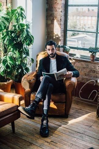 Dunkelblauen Mantel mit einem Pelzkragen kombinieren – 23 Herren Outfits: Kombinieren Sie einen dunkelblauen Mantel mit einem Pelzkragen mit einer dunkelblauen Chinohose, wenn Sie einen gepflegten und stylischen Look wollen. Vervollständigen Sie Ihr Look mit einer schwarzen Lederfreizeitstiefeln.