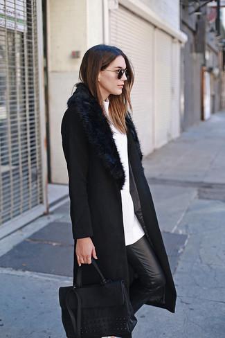 Wie kombinieren: schwarzer Mantel mit einem Pelzkragen, weißer Pullover mit einem Rundhalsausschnitt, schwarze enge Hose aus Leder, schwarze Satchel-Tasche aus Leder