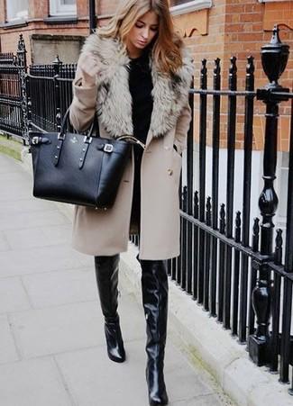 Wie kombinieren: hellbeige Mantel mit einem Pelzkragen, schwarzer Pullover mit einem Rundhalsausschnitt, schwarze enge Jeans, schwarze Overknee Stiefel aus Leder