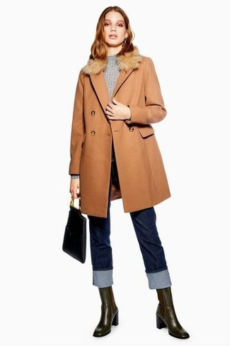 Wie kombinieren: beige Mantel mit einem Pelzkragen, grauer Pullover mit einem Rundhalsausschnitt, dunkelblaue Jeans, dunkelbraune Chelsea-Stiefel aus Leder