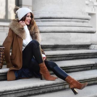 Weißen Pullover mit einem Rundhalsausschnitt kombinieren: trends 2020: Entscheiden Sie sich für einen weißen Pullover mit einem Rundhalsausschnitt und schwarzen Lederleggings für ein bequemes Outfit, das außerdem gut zusammen passt. Braune Wildleder Stiefeletten sind eine ideale Wahl, um dieses Outfit zu vervollständigen.