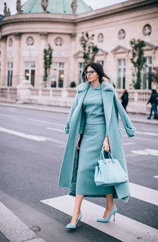 Wie kombinieren: mintgrüner Mantel mit einem Pelzkragen, mintgrüner Pullover mit einem Rundhalsausschnitt, mintgrüner Midirock, mintgrüne Wildleder Pumps
