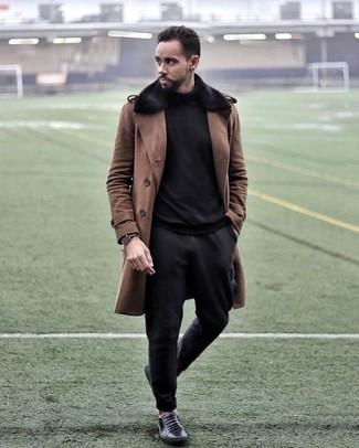 Schwarze Chinohose kombinieren: trends 2020: Paaren Sie einen braunen Mantel mit einem Pelzkragen mit einer schwarzen Chinohose für Drinks nach der Arbeit. Suchen Sie nach leichtem Schuhwerk? Komplettieren Sie Ihr Outfit mit schwarzen Leder niedrigen Sneakers für den Tag.