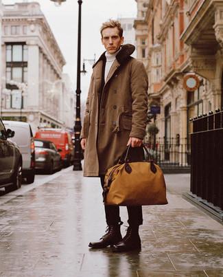 Dunkelrote Lederfreizeitstiefel kombinieren – 158 Herren Outfits: Vereinigen Sie einen braunen Mantel mit einem Pelzkragen mit einer schwarzen Chinohose, um einen eleganten, aber nicht zu festlichen Look zu kreieren. Eine dunkelrote Lederfreizeitstiefel sind eine großartige Wahl, um dieses Outfit zu vervollständigen.