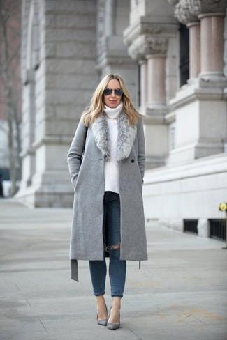Wie kombinieren: grauer Mantel mit einem Pelzkragen, weißer Strick Rollkragenpullover, dunkelblaue enge Jeans mit Destroyed-Effekten, graue Wildleder Pumps