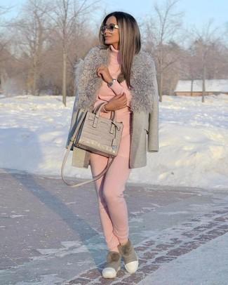 Graue Ugg Stiefel kombinieren – 10 Damen Outfits: Probieren Sie diese Paarung aus einem grauen Mantel mit einem Pelzkragen und einer rosa Jogginghose, umeinen tollen Casual-Look zu erhalten, der im Kleiderschrank der Frau auf keinen Fall fehlen darf. Machen Sie diese Aufmachung leger mit grauen Ugg Stiefeln.