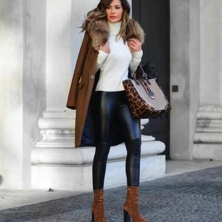 Wie kombinieren: brauner Mantel mit einem Pelzkragen, weißer Rollkragenpullover, schwarze Lederleggings, rotbraune Wildleder Stiefeletten
