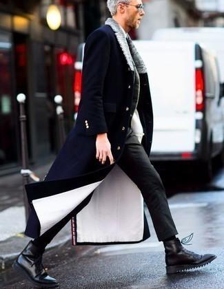 Dunkelblauen Mantel mit einem Pelzkragen kombinieren – 23 Herren Outfits: Die Paarung aus einem dunkelblauen Mantel mit einem Pelzkragen und einer dunkelgrauen Chinohose ist eine großartige Wahl für einen Tag im Büro. Eine schwarze Lederfreizeitstiefel sind eine kluge Wahl, um dieses Outfit zu vervollständigen.