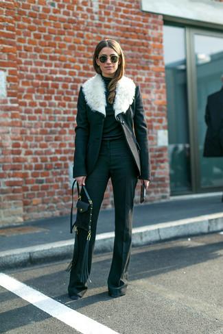 Wie kombinieren: schwarzer und weißer Mantel mit einem Pelzkragen, schwarzer Rollkragenpullover, schwarze Schlaghose, schwarze Leder Umhängetasche