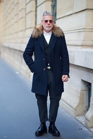 Dunkelblauen Mantel mit einem Pelzkragen kombinieren: trends 2020: Die Kombination aus einem dunkelblauen Mantel mit einem Pelzkragen und einer dunkelblauen Chinohose eignet sich hervorragend zum Ausgehen oder für modisch-lässige Anlässe. Entscheiden Sie sich für schwarzen Leder Derby Schuhe, um Ihr Modebewusstsein zu zeigen.