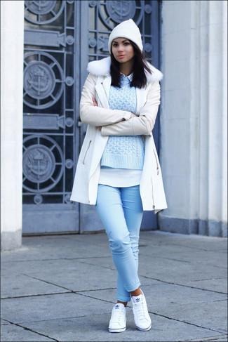 Wie kombinieren: weißer Mantel mit einem Pelzkragen, hellblauer Strickpullover, weißes Businesshemd, hellblaue enge Jeans