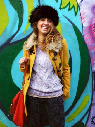 Wie kombinieren: senf Mantel mit einem Pelzkragen, hellvioletter Strickpullover, dunkelblaue bedruckte enge Jeans, rote Leder Umhängetasche