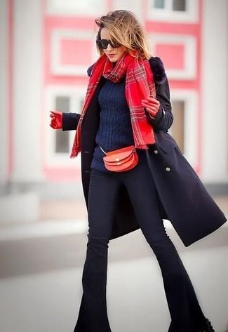 Wie kombinieren: schwarzer Mantel mit einem Pelzkragen, dunkelblauer Strickpullover, schwarze Schlagjeans, rote Leder Umhängetasche