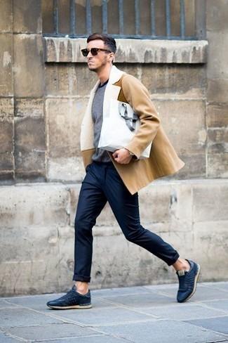 Niedrige Sneakers kombinieren: trends 2020: Entscheiden Sie sich für einen beige Mantel mit einem Pelzkragen und eine dunkelblaue Chinohose für Ihren Bürojob. Machen Sie diese Aufmachung leger mit niedrigen Sneakers.