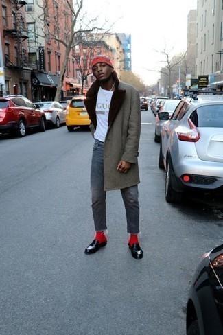 Rote Socken kombinieren: trends 2020: Ein grauer Mantel mit einem Pelzkragen und rote Socken vermitteln eine sorglose und entspannte Atmosphäre. Ergänzen Sie Ihr Outfit mit schwarzen Leder Slippern, um Ihr Modebewusstsein zu zeigen.