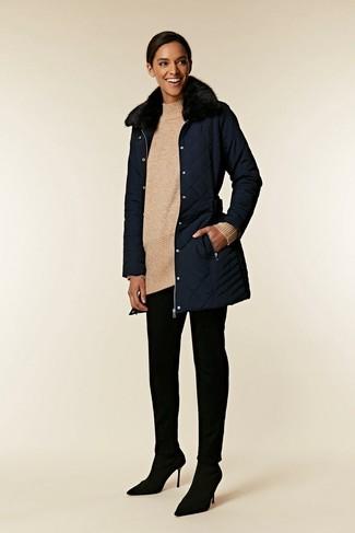Wie kombinieren: dunkelblauer Mantel mit einem Pelzkragen, hellbeige Strick Wolltunika, schwarze enge Hose, schwarze Wildleder Pumps
