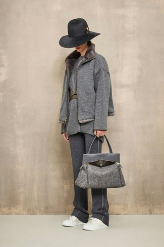 Wie kombinieren: grauer Mantel mit einem Pelzkragen, graue Wolltunika, dunkelgraue Jogginghose, weiße Leder niedrige Sneakers