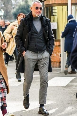 Dunkelgraue Chinohose kombinieren – 500+ Herren Outfits kalt Wetter: Kombinieren Sie einen schwarzen Mantel mit einem Pelzkragen mit einer dunkelgrauen Chinohose, um einen eleganten, aber nicht zu festlichen Look zu kreieren. Schalten Sie Ihren Kleidungsbestienmodus an und machen dunkelgrauen Doppelmonks aus Leder zu Ihrer Schuhwerkwahl.