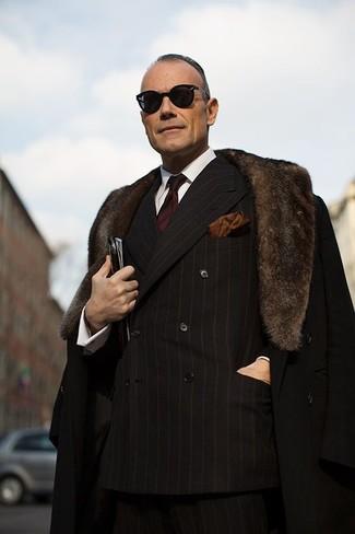 Wie kombinieren: schwarzer Mantel mit einem Pelzkragen, schwarzes vertikal gestreiftes Zweireiher-Sakko, weißes Businesshemd, schwarze vertikal gestreifte Anzughose