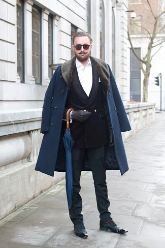 Dunkelblauen Mantel mit einem Pelzkragen kombinieren: trends 2020: Machen Sie sich mit einem dunkelblauen Mantel mit einem Pelzkragen und einer schwarzen Anzughose einen verfeinerten, eleganten Stil zu Nutze. Fühlen Sie sich ideenreich? Entscheiden Sie sich für schwarzen Leder Brogues.