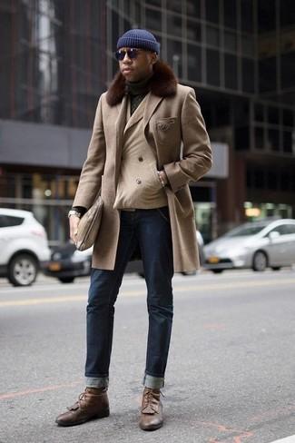 Dunkelblaue Sonnenbrille kombinieren: trends 2020: Für ein bequemes Couch-Outfit, entscheiden Sie sich für einen hellbeige Mantel mit einem Pelzkragen und eine dunkelblaue Sonnenbrille. Fühlen Sie sich ideenreich? Vervollständigen Sie Ihr Outfit mit einer braunen Lederfreizeitstiefeln.