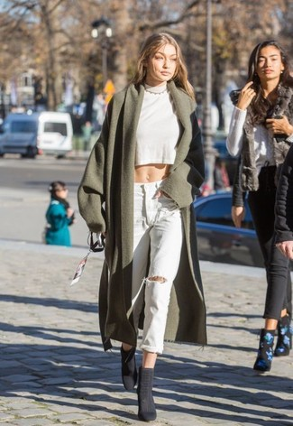 Wie kombinieren: olivgrüner Mantel, weißer kurzer Pullover, hellblaue Boyfriend Jeans mit Destroyed-Effekten, dunkelgraue Wildleder Stiefeletten