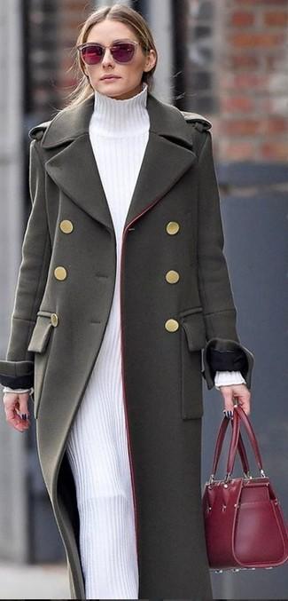 Wie kombinieren: olivgrüner Mantel, weißes Sweatkleid, dunkelrote Shopper Tasche aus Leder, dunkelrote Sonnenbrille