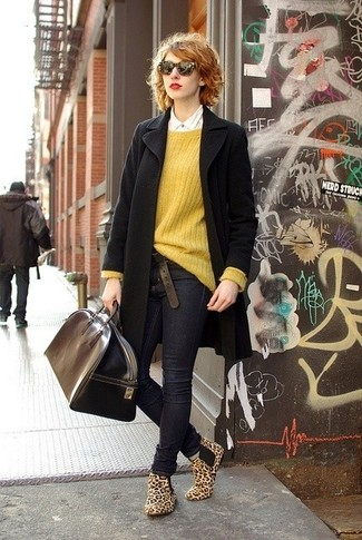 Wie kombinieren: schwarzer Mantel, senf Oversize Pullover, weißes Businesshemd, dunkelblaue enge Jeans
