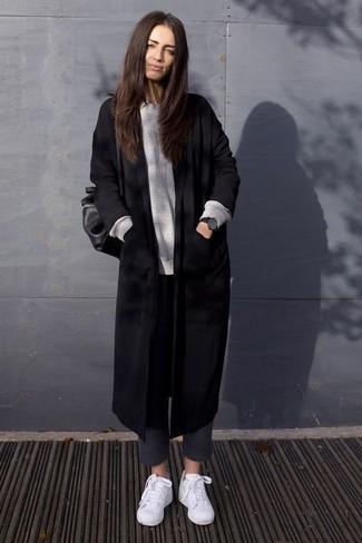 Wie kombinieren: schwarzer Mantel, grauer Oversize Pullover, dunkelgraue Wollenge hose, weiße niedrige Sneakers