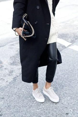 Wie kombinieren: schwarzer Mantel, weißer Strick Oversize Pullover, schwarze enge Hose aus Leder, hellbeige niedrige Sneakers