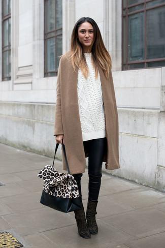 Wie kombinieren: beige Mantel, weißer Strick Oversize Pullover, schwarze enge Hose aus Leder, schwarze Wildleder Stiefeletten