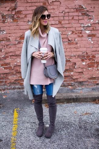 Wie kombinieren: grauer Mantel, rosa Strick Oversize Pullover, blaue enge Jeans mit Destroyed-Effekten, dunkelgraue Overknee Stiefel aus Wildleder