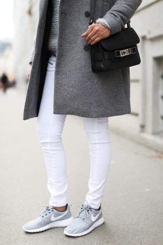grauer mantel und turnschuhe
