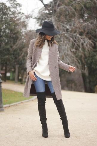Wie kombinieren: brauner Mantel mit Karomuster, weißer Oversize Pullover, blaue enge Jeans, schwarze Overknee Stiefel aus Wildleder