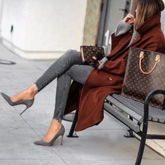 Wie kombinieren: rotbrauner Mantel, grauer Strick Oversize Pullover, graue enge Jeans mit Destroyed-Effekten, graue Wildleder Stiefeletten