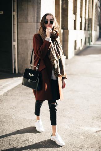 Wie kombinieren: rotbrauner Mantel, grauer Strick Oversize Pullover, schwarze enge Jeans mit Destroyed-Effekten, weiße Leder niedrige Sneakers