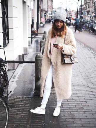 Wie kombinieren: hellbeige Fleece-Mantel, rosa Oversize Pullover, weiße enge Jeans, weiße Leder niedrige Sneakers