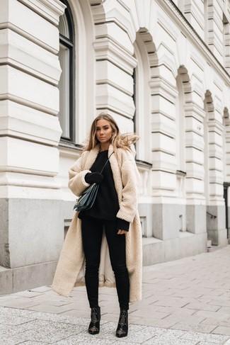 Wie kombinieren: hellbeige Fleece-Mantel, schwarzer Strick Oversize Pullover, schwarze enge Jeans, schwarze verzierte Wildleder Stiefeletten
