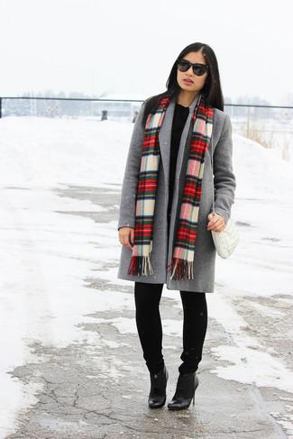 Wie kombinieren: grauer Mantel, schwarzer Oversize Pullover, schwarze Jeans, schwarze Leder Stiefeletten
