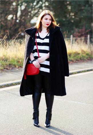 Wie kombinieren: schwarzer Mantel mit Reliefmuster, weißer und schwarzer horizontal gestreifter Oversize Pullover, schwarze Lederleggings, schwarze Leder Stiefeletten
