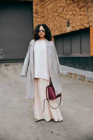 Wie kombinieren: grauer Mantel, weißer Strick Oversize Pullover, hellbeige Maxikleid, hellbeige Wildleder Stiefeletten