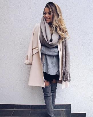 2c6c31cf12c6 hellbeige Mantel, grauer Strick Oversize Pullover, schwarzer Skaterrock,  graue Overknee Stiefel aus Wildleder für Damen   Damenmode