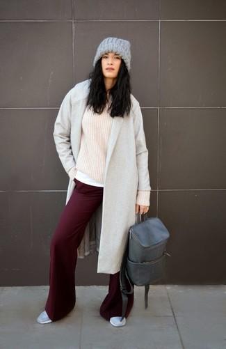 Grauen Leder Rucksack kombinieren – 2 Damen Outfits kühl Wetter: Die Kombination aus einem grauen Mantel und einem grauen Leder Rucksack ist eine großartige Option füreinen super lässigen Trend-Look. Graue niedrige Sneakers sind eine perfekte Wahl, um dieses Outfit zu vervollständigen.