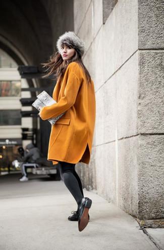 Pelzkappe kombinieren – 19 Damen Outfits: Wahlen Sie einen senf Mantel und eine Pelzkappe, um mühelos alles zu meistern, was auch immer der Tag bringen mag. Schwarze Leder Oxford Schuhe bringen klassische Ästhetik zum Ensemble.