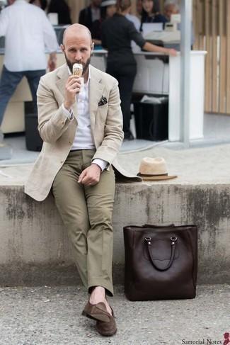 Hellbeige Strohhut kombinieren: trends 2020: Ein beiger Mantel und ein hellbeige Strohhut sind eine gute Outfit-Formel für Ihre Sammlung. Entscheiden Sie sich für braunen Wildleder Slipper, um Ihr Modebewusstsein zu zeigen.