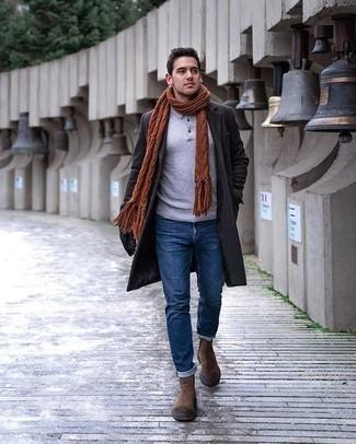 Dunkelgrauen Mantel kombinieren – 500+ Herren Outfits: Kombinieren Sie einen dunkelgrauen Mantel mit blauen Jeans, um einen modischen Freizeitlook zu kreieren. Braune Chelsea Boots aus Wildleder bringen klassische Ästhetik zum Ensemble.