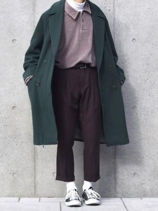 Wie kombinieren: dunkelgrüner Mantel, lila Polo Pullover, weißer Rollkragenpullover, dunkelbraune Anzughose